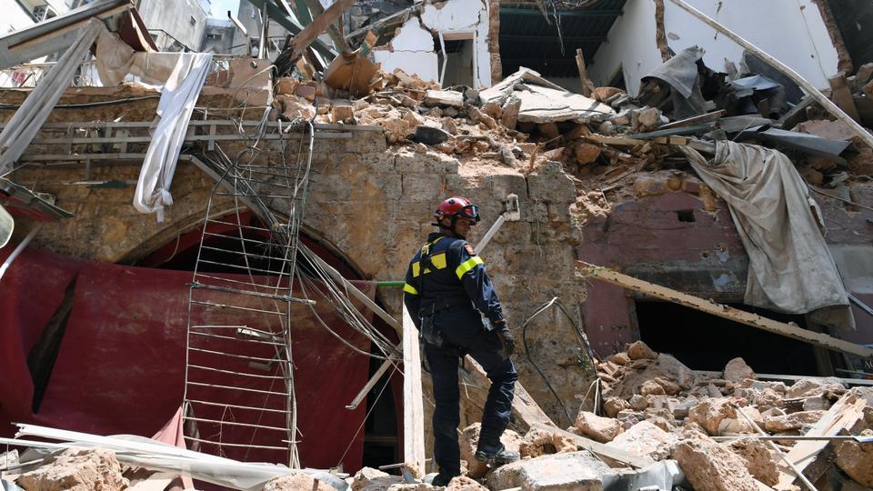 6 Ağustos 2020'de Gemayzeh mahallesindeki bir binanın enkazı arasında bir Fransız kurtarıcı duruyor