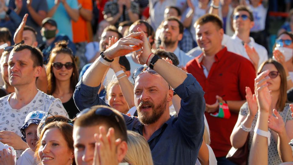 Yaklaşan cumhurbaşkanlığı seçimlerinde aday olan ve Cumhurbaşkanı Alexander Lukashenko'nun ana rakibi Svetlana Tikhanouskaya'nın destekçileri, 6 Ağustos 2020'de Minsk, Belarus'ta düzenlenen bir miting sırasında tepki gösterdi.