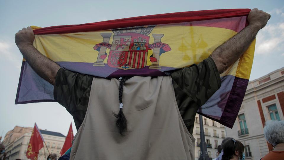 Bir kişi, İspanya'nın Madrid kentinde, Suudi Arabistan'da bir yüksek hızlı tren sözleşmesine katılımıyla ilgili soruşturma sırasında eski İspanya Kralı Juan Carlos'un ülkeyi terk etmesinden bu yana ilk kez İspanya monarşisine karşı bir protesto sırasında İkinci İspanya Cumhuriyeti'nin bayrağını taşıyor. 9 Ağustos 2020.