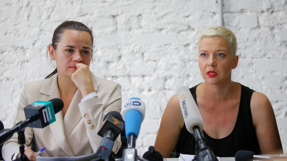 Birleşik muhalefet adayı Svetlana Tikhanouskaya (solda) ve önde gelen muhalefet üyesi Maria Kolesnikova (sağda), 10 Ağustos 2020'de Minsk, Beyaz Rusya'da bir basın toplantısına katıldı.