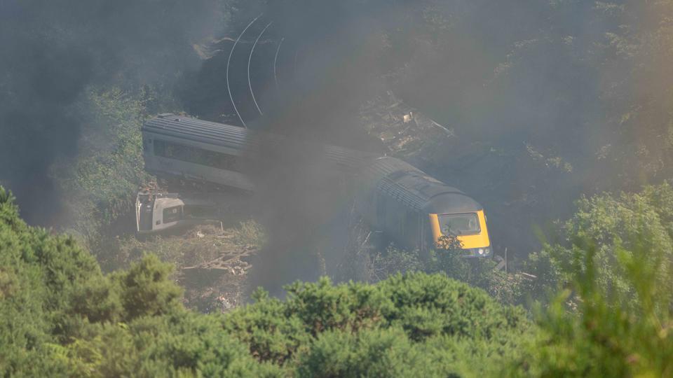 12 Ağustos 2020'de İskoçya'nın kuzeydoğusundaki Stonehaven yakınlarında bir tren kazası olay yerinde raydan çıkmış vagonlar görülüyor.