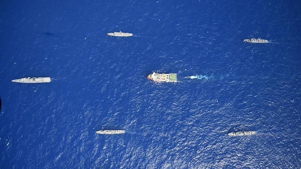 Türk Savunma Bakanlığı tarafından 12 Ağustos 2020 tarihinde yayınlanan bu el ilanı fotoğrafı, 10 Ağustos 2020'de Antalya açıklarında Akdeniz'de Türk Donanması gemilerinin eşliğinde Türk sismik araştırma gemisi Oruç Reis'i (C) gösteriyor.