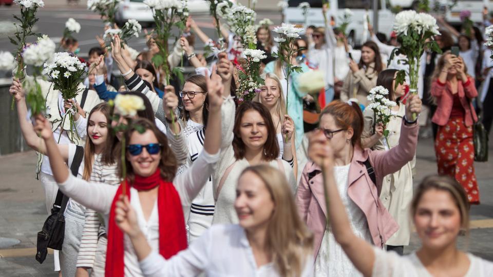 Kadınlar, 13 Ağustos 2020 Minsk, Belarus'ta cumhurbaşkanlığı seçim sonuçlarını reddetmek için son protestoların ardından şiddete karşı bir yürüyüşe katılıyor.