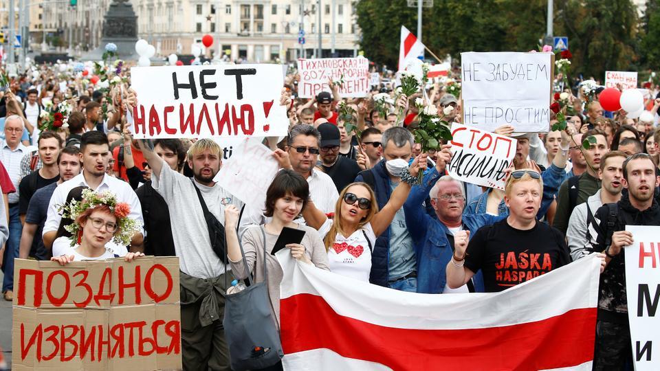 İnsanlar, polis şiddetini protesto etmek ve Minsk, Belarus'ta 14 Ağustos 2020'de cumhurbaşkanlığı seçim sonuçlarını reddetmek için bir muhalefet gösterisine katılıyor.