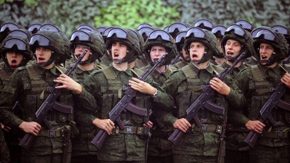Askerler, 20 Eylül 2017'de Borisov kasabası yakınlarındaki bir eğitim alanında Zapad-2017 (Batı-2017) ortak Rus-Belarus askeri tatbikatına katılıyor.