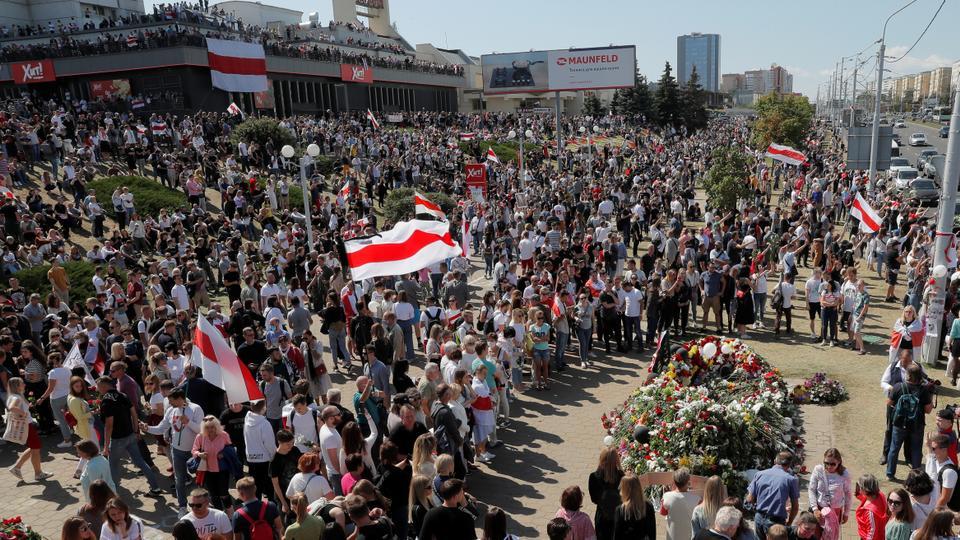 Cumhurbaşkanlığı seçim sonuçlarına karşı yapılan son mitinglerde öldürülen protestocu Alexander Taraykovskiy'e 15 Ağustos 2020'de Minsk, Belarus'taki ölüm yerinde haraç ödemek için toplandılar.