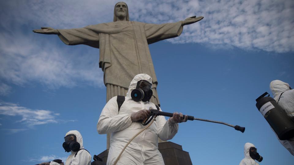 Askerler, Brezilya'nın Rio de Janeiro kentindeki yeni koronavirüs salgını nedeniyle sağlık kısıtlamalarının hafifletilmesi nedeniyle turizm yetkililerinin önümüzdeki hafta sonu ziyaretçi sayısında artış olacağını umduğu şeye hazırlanmak için şu anda kapalı olan Kurtarıcı İsa sitesini dezenfekte ediyor. 13 Ağustos Perşembe 2020.