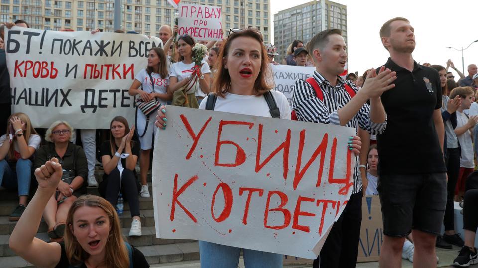 İnsanlar, cumhurbaşkanlığı seçim sonuçlarını protesto etmek için bir mitinge katılıyor ve 15 Ağustos 2020'de Minsk, Belarus'taki Belarus Ulusal Devlet TV ve Radyo Şirketi binası dışında, ülkedeki durumla ilgili devlet tarafından yürütülen objektif habercilikten talep ediyor.