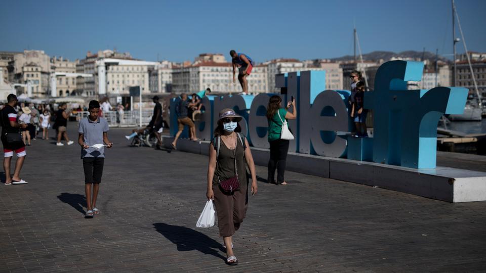 Fransa'nın güneyinde, Marsilya'nın Eski Limanı boyunca yürüyen bir kadın, 7 Ağustos 2020.