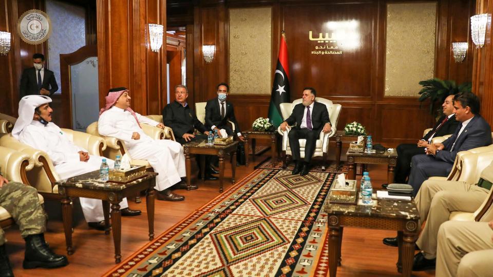 Perdana Menteri Libya yang diakui secara internasional Fayez al Sarraj bertemu dengan menteri pertahanan Turki, Hulusi Akar, dan Qatar, Khalid bin Mohammad Al Atiye, di Tripoli, Libya 17 Agustus 2020.