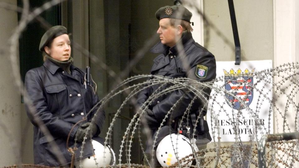 Alman polisi, 18 Şubat 1999'da Wiesbaden'de şiddetli bir gösterinin ardından Alman Hessen Eyaleti'nin parlamentosunun girişini koruyor.