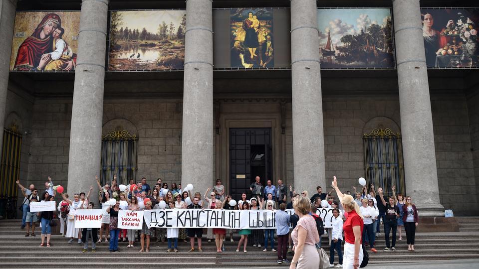Belarus Ulusal Sanat Müzesi çalışanları, ülkenin 18 Ağustos 2020'de Minsk'teki tartışmalı cumhurbaşkanlığı seçimlerini protesto ediyor.