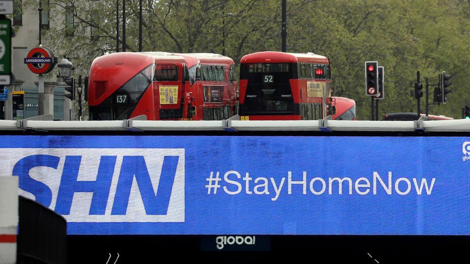 Bu 13 Nisan 2020 dosya fotoğrafında, Londra'daki bir alt geçidin üzerindeki bir tabela, Londralılara Covid-19'un yayılmasını engellemeye yardımcı olmak için kilitlenme sırasında evde kalmalarını tavsiye ediyor.