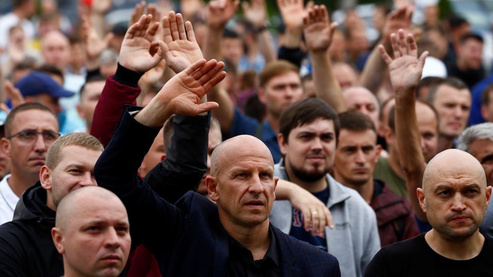 Potas üreticisi Belaruskali'nin grevci işçileri, Beyaz Rusya'nın Salihorsk şehrinde (Soligorsk) cumhurbaşkanlığı seçim sonuçlarına karşı bir protesto eylemine katıldı. 19 Ağustos 2020.