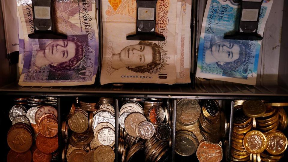 İngiliz Sterlini ve madeni paralar 6 Eylül 2017'de İngiltere'nin Manchester kentinde bir barda bir kasada görülüyor