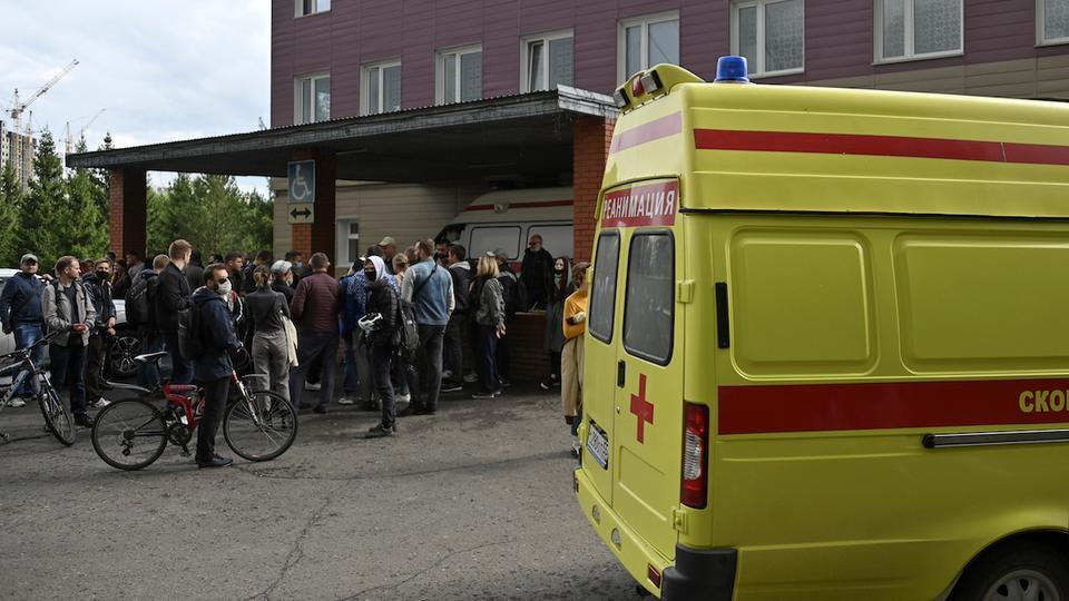 İnsanlar, Rus muhalefet lideri Alexei Navalny'nin 21 Ağustos 2020 Rusya'nın Omsk kentinde tıbbi tedavi gördüğü bir hastanenin önünde toplanıyor.