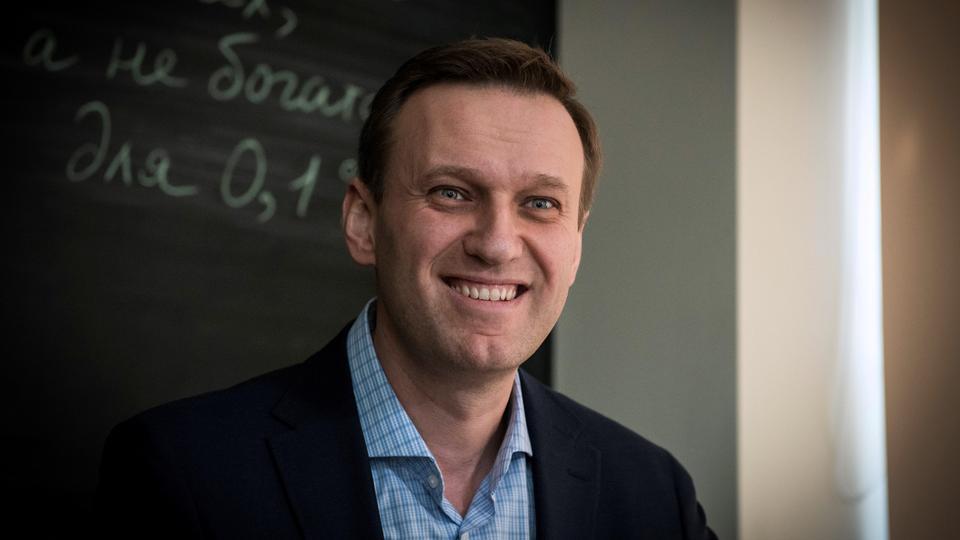 Rus muhalefet lideri Alexei Navalny, 16 Ocak 2018'de Moskova'daki Yolsuzlukla Mücadele Vakfı ofisinde AFP ile yaptığı röportajda gülümsüyor.