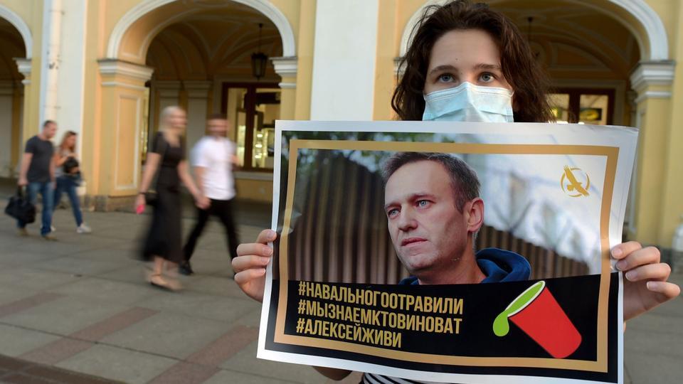 Saint Petersburg şehir merkezinde bir kadın, zehirlendiği iddia edilen Alexey Navalny'ye desteğini ifade ediyor.