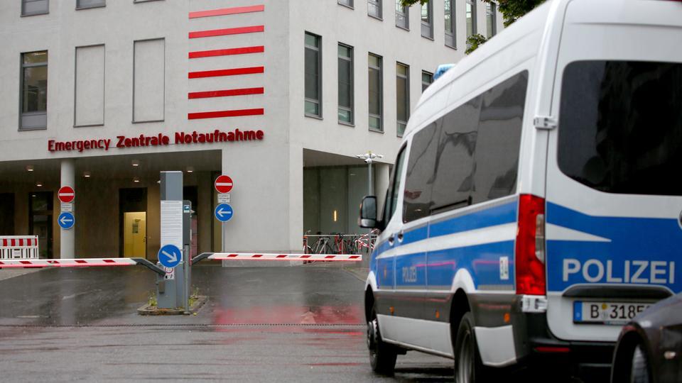 Genel bir görünüm, Rus muhalefet lideri Alexey Navalny'nin 22 Ağustos 2020'de Almanya'nın Berlin kentinde Almanya'ya getirildikten sonra tedavi edilmesinin beklendiği Charite Mitte Hastane Kompleksi'nin girişini gösteriyor.