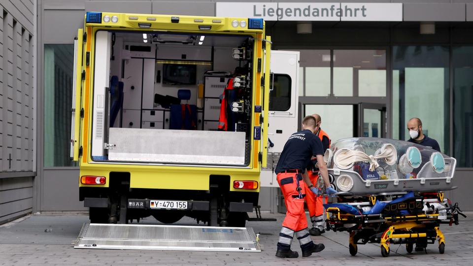 Sağlık görevlileri, 22 Ağustos 2020'de Almanya'nın Berlin kentinde tıbbi tedavi göreceği Charite Mitte Hastane Kompleksi'ne Rus muhalefet lideri Alexei Navalny'yi taşıdığı iddia edilen ambulansa sedye yükledi.