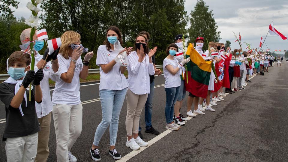 Litvanya'dan Belarus muhalefetinin taraftarları, tarih boyunca Belarus bayraklarını tutup sallıyorlar.