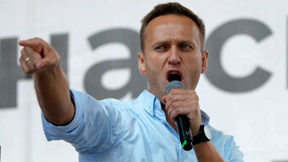 Rus muhalefet aktivisti Alexey Navalny, 20 Temmuz 2019 Rusya'nın Moskova kentinde bir siyasi protesto sırasında kalabalığa konuşurken jest yapıyor.