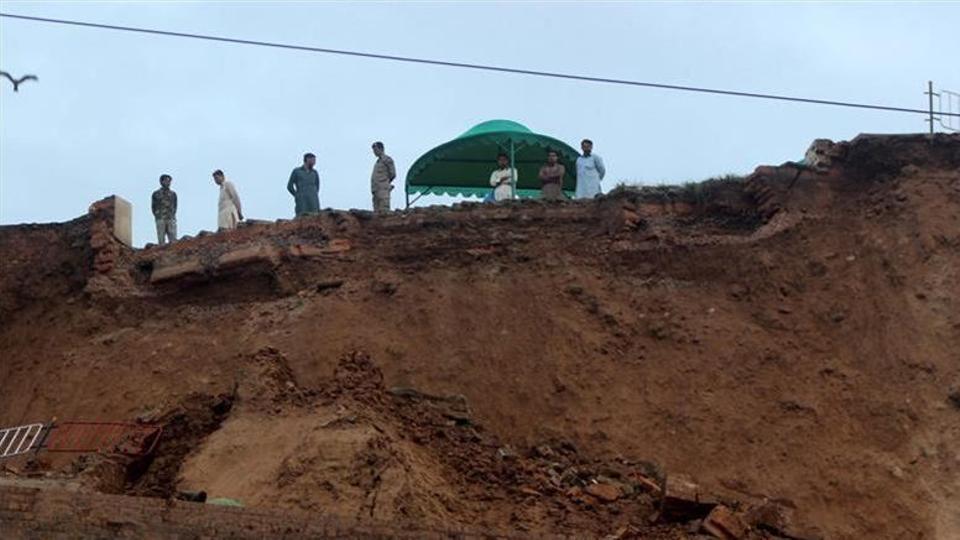 Landslide buries bus and passengers in Pakistan