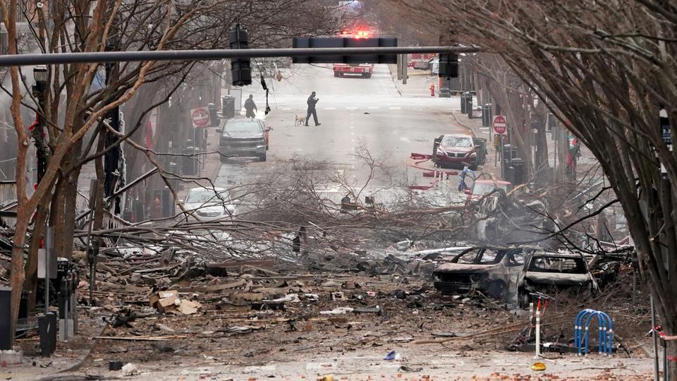 Rettungskräfte arbeiten in der Nähe der Explosionsstelle in der Innenstadt von Nashville, Tennesse, 25. Dezember 2020.