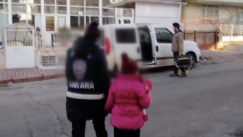 Dieser Screenshot aus dem Polizeimaterial der Anadolu Agency vom 24. Februar 2021 zeigt das jazidische Mädchen, das mit Beamten des Sozialdienstes auf ein Auto zugeht.