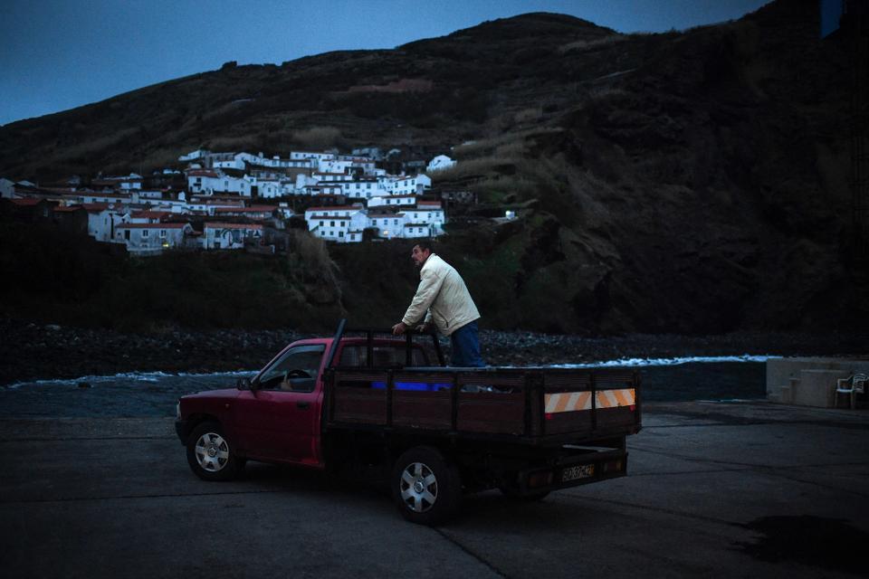 A 10 de março de 2021, um pescador está em cima de uma carrinha a transportar o seu pescado para um mercado de peixe na Ilha do Corvo, nos Açores.