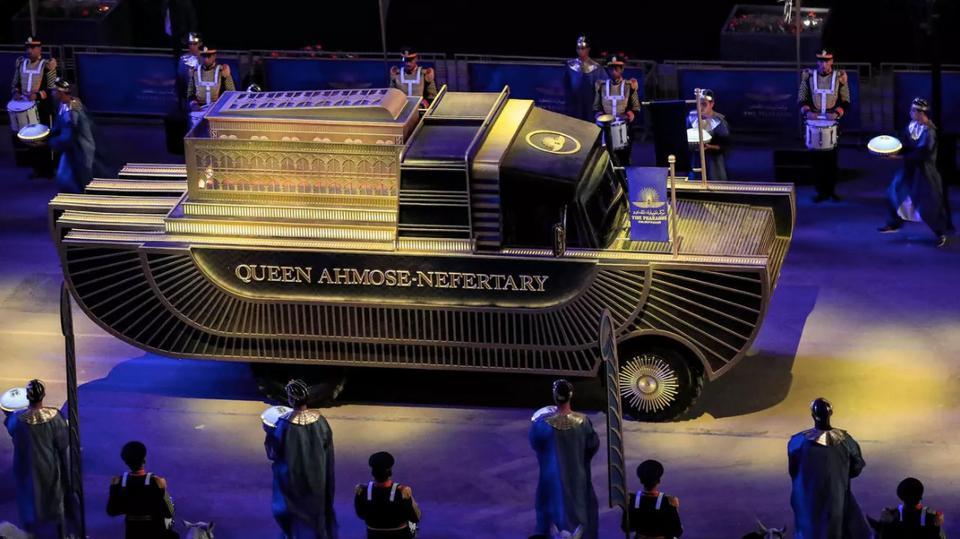 السيارة التي تحمل رفات الملكة أحمس نفرتاري ، ابنة الفرعون سقنن رع تاو الثاني ، تتقدم في إطار موكب 22 مومياء مصرية قديمة في القاهرة يوم السبت.