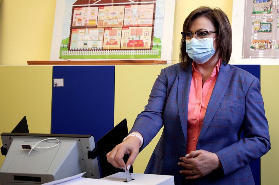 Корнелия Нинова, лидер на Българската социалистическа партия, гласува в избирателна секция по време на парламентарните избори на 4 април 2021 г. в София, България.