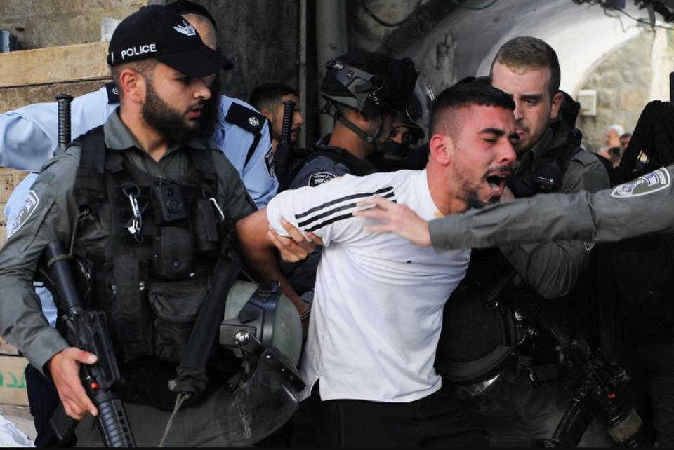 اعتقلت قوات الأمن الإسرائيلية متظاهرا فلسطينيا خلال تجمع حاشد في البلدة القديمة بالقدس وسط قتال بين إسرائيل وغزة.
