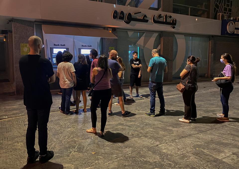 فرض العديد من البنوك اللبنانية قيودًا صارمة على عمليات السحب والتحويلات إلى الخارج.  الناس ينتظرون سحب الأموال من أجهزة الصراف الآلي في بيروت ، لبنان في 2 يونيو 2021.