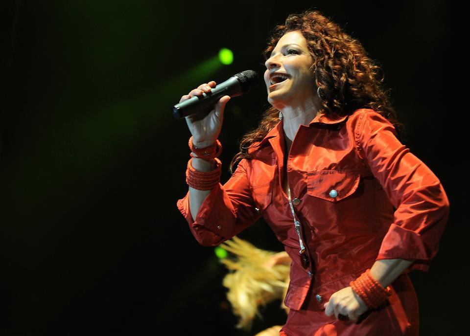 Η Gloria Estefan είναι Κουβανός-Αμερικανός τραγουδιστής, τραγουδοποιός, ηθοποιός και επιχειρηματίας.
