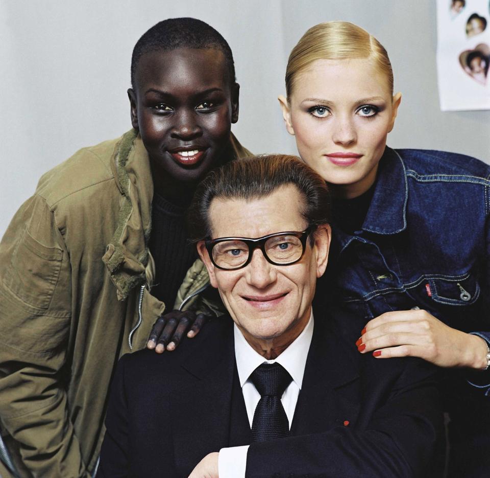 Ο Alec Wake χαμογελά στη φωτογραφική μηχανή με τον Yves Saint Laurent και το ολλανδικό μοντέλο Evke Elle.