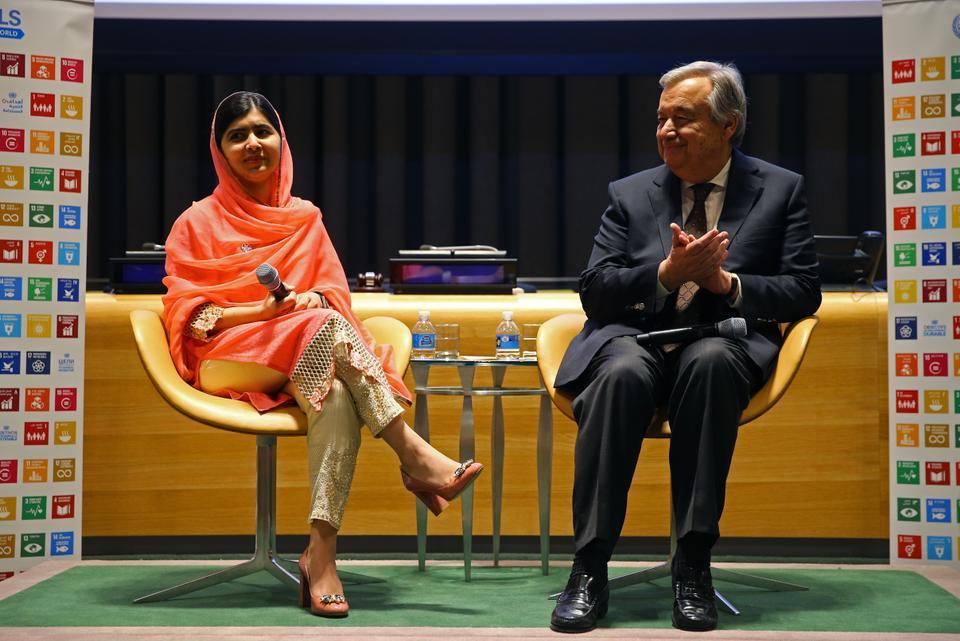 Η βραβευμένη με Νόμπελ Malala Yousafzai (αριστερά) και ο Γενικός Γραμματέας των Ηνωμένων Εθνών Αντόνιο Γκουτέρες (δεξιά) κατά τη διάρκεια τελετής αφότου υποδέχεται τον απεσταλμένο ειρήνης των Ηνωμένων Εθνών στη Νέα Υόρκη, στις Ηνωμένες Πολιτείες στις 10 Απριλίου 2017.