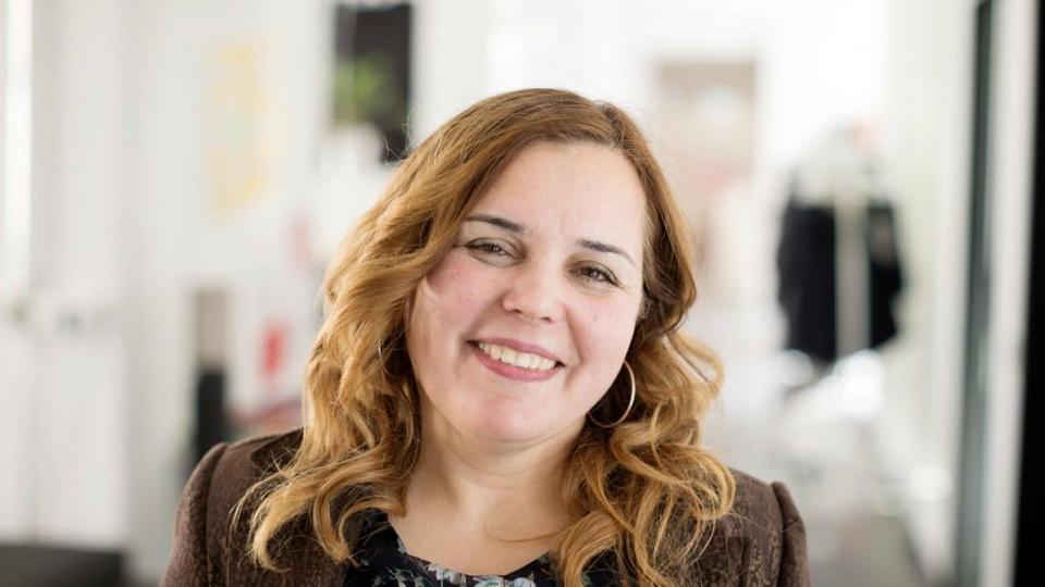 Ο Σύριος πολιτικός μηχανικός Anan Jakeesh διακινδύνευσε τη ζωή της για να φέρει την οικογένειά της σε ασφάλεια.  Τώρα πρόσφυγας στη Γερμανία, εντάσσεται σε μια κοινότητα νεοεισερχόμενων που ξαναχτίζουν τη ζωή τους μέσω μιας κοινής αγάπης για την τεχνολογία.