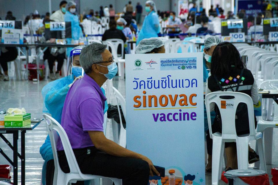Los trabajadores de la salud entregan la vacuna Sinovac a los residentes tailandeses durante el programa de vacunación Covid-19 de Tailandia, Bang Sue Grand Station, Bangkok, Tailandia, el 15 de junio de 2021. Muchos países en desarrollo que dependen en gran medida de las vacunas chinas son su único camino hacia la inmunidad colectiva.