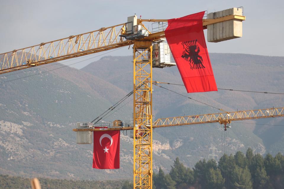 La Administración de Desarrollo de la Vivienda de Turquía (TOKY) en Albania, el 23 de diciembre de 2020, construirá 522 casas en la ciudad de Locke, Albania.
