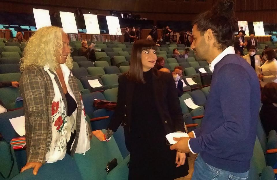 Azize talking to young Turkish German politicians.