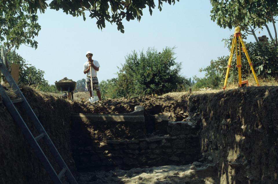 A scene from the excavations on the site of the gladiator cemetery, 1993.