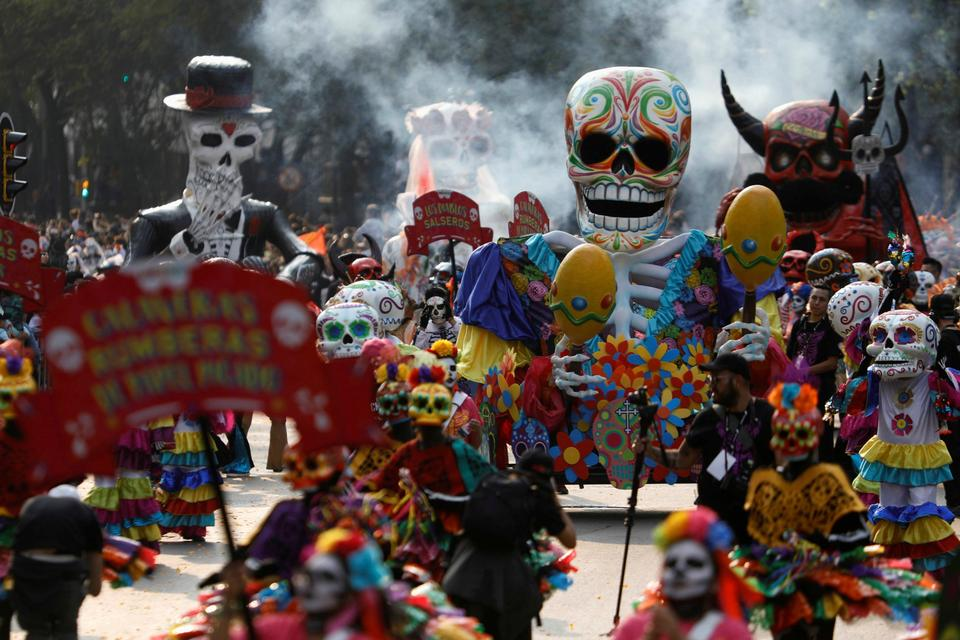 the festivals in mexico Day of the dead - festivals of mexico roughly coinciding with halloween, the mexican holiday celebrates and honors those who have passed away a cemetery decorated and lit by candles during the day of the dead in xoxocoatlan, mexico.