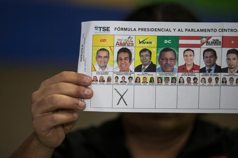An electoral worker shows a ballot marked for Opposition Alliance presidential candidate Salvador Nasralla during the general elections in Tegucigalpa, Honduras, Sunday, Nov.ember 26, 2017.