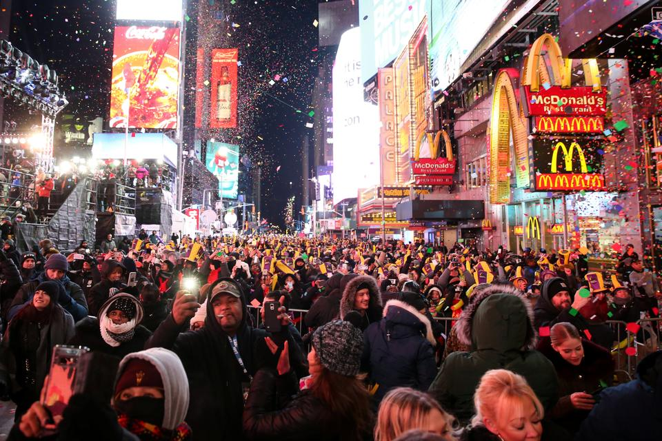 New Yorkers have been told to wear warm clothes and avoid alcohol as they flock to Times Square, which is due to hit a frosty -11 degrees celsius on the New Year's Eve.