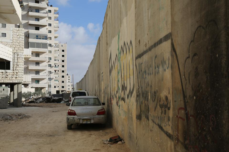 Israeli authorities plan to demolish buildings by the separation wall in Kufr Aqab and  turn the narrow street into a wide road.