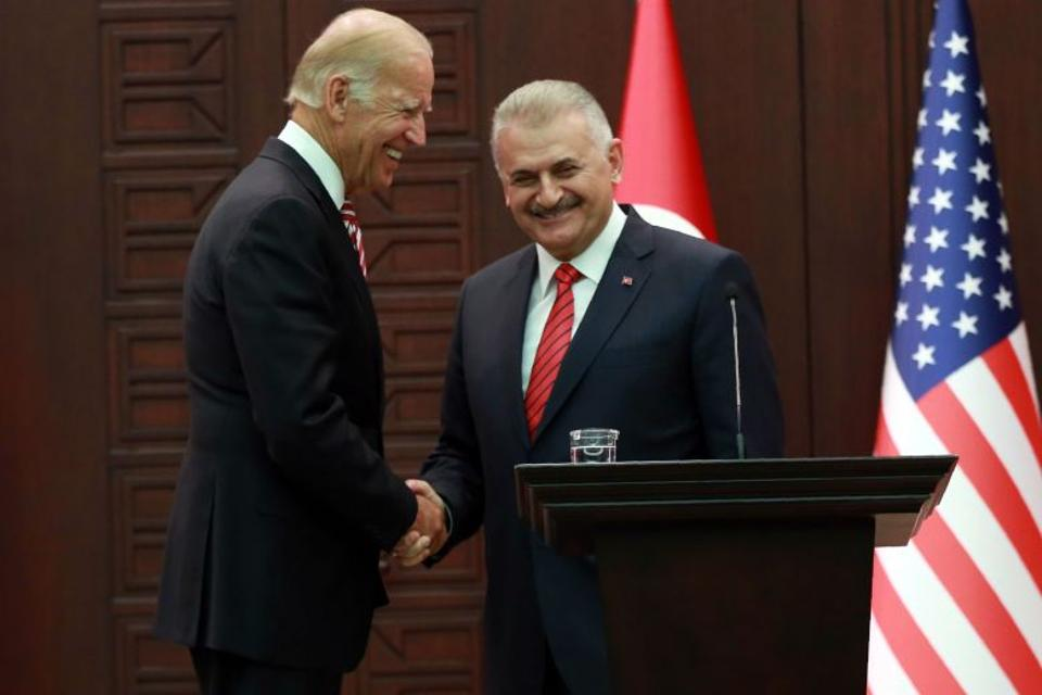 Turkish Prime Minister Binali Yildirim (R) shakes hands with US Vice President Joe Biden (L) at the end of a joint press conference following their meeting on August 24, 2016 at the Cankaya Palace in Ankara.