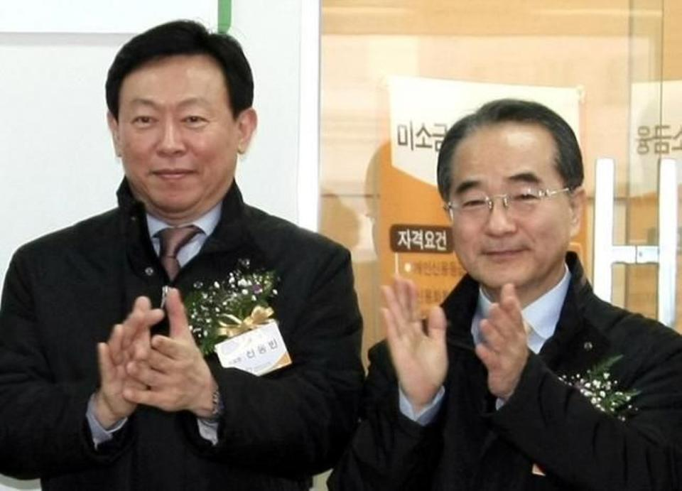 Lotte Group Chairman Shin Dong-bin and Vice Chairman Lee In-won (R) attend an opening ceremony for Lotte Miso Microcredit Bank in Seoul, South Korea, in 2009. Reuters.