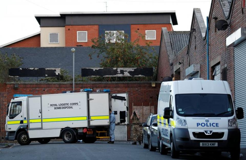 An army bomb disposal team work at the scene of an anti terrorism operation in the Lee Bank area of Birmingham, Britain, August 26, 2016. Image: Reuters.