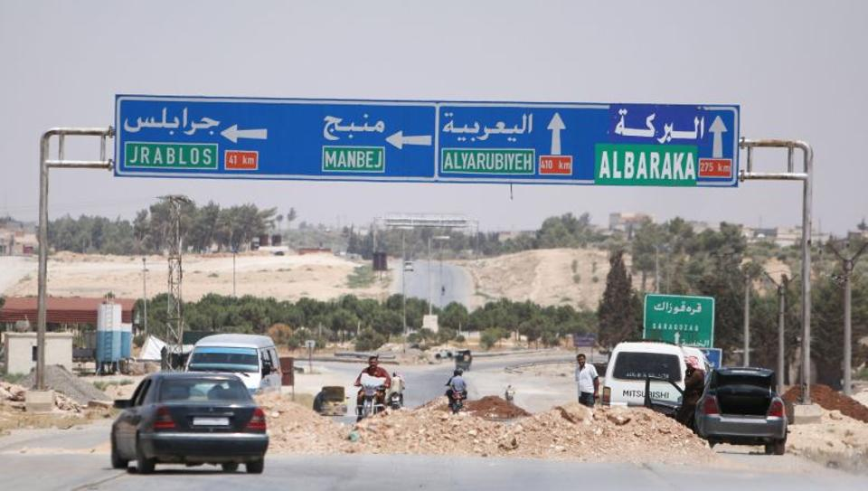 Vehicles try to cross a highway leading to Manbij, in Aleppo Governorate, Syria, on August 7, 2016. Image: Reuters